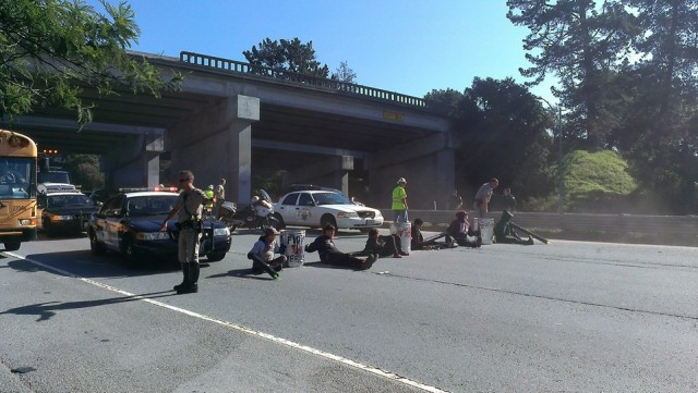 Santa Cruz protestoers block hwy 1